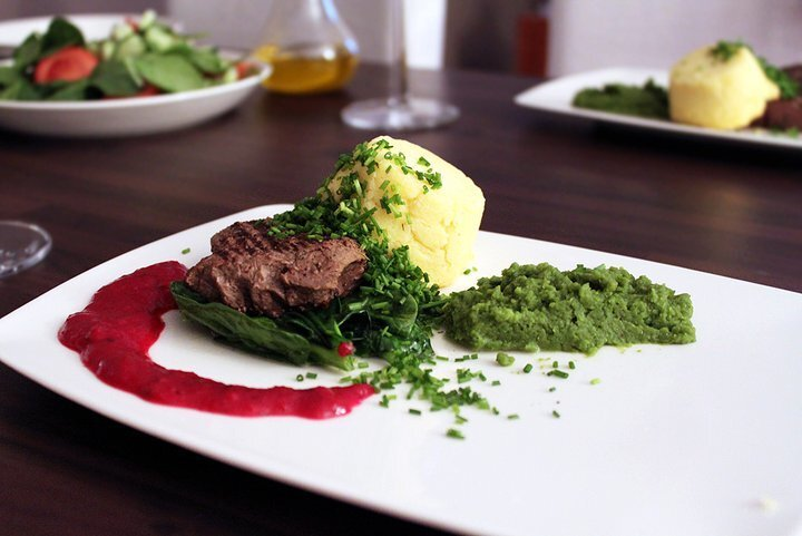 Hirven fileepihvi, Chevre-perunatimbaali, puolukkakastike | Deer steak, Chevre-potatoe cake, lingonberry dressing
