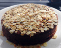 Bizcocho de chocolate con almendras tostadas / Chocolate sponge cake with toasted almonds