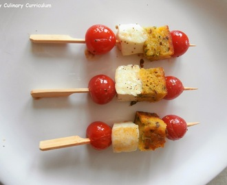 Brochettes apéritives avec des restes de cake salé, tomates cerises et fêta (Appetizing skewers with leftover salty cake, cherry tomatoes and feta)