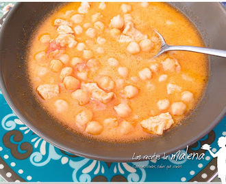 Garbanzos con pollo y curry. Plato de cuchara