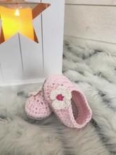 Virkade babyskor tofflor rosa med blomma