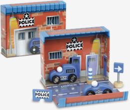 Box polisstation och träbilar