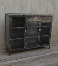 Metallskåp med glasdörrar - Metallfärgat
