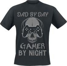 Dad By Day - Gamer By Night - Dad By Day - Gamer By Night -T-skjorte - svart