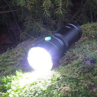 Blackshadow T4 / 3200 lumen. Komplett paket med laddare och uppladdningsbara litium batterier.