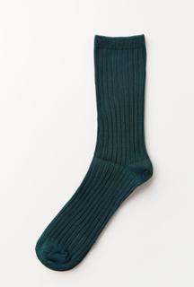 Blanke, ribbestrikkede sokker med lang mansjett