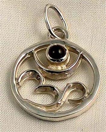 Hängsmycke, Om-tecken i silver med Granat