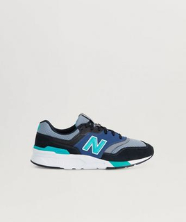 New Balance Sneakers fra New Balance med detaljer i skinn. Skoene er i en lav modell og har gummisåle. Innsiden er fôret i tekstil. Logomerke på pløsen. Svart