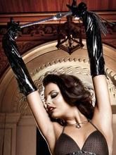 Baci Lingerie - Sorte handsker i skinnende look med snørelukning