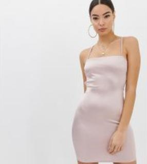 Boohoo - rosa bodyconklänning med snörning baktill och smala axelband - Rosa