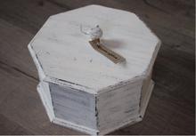 Mindre 6-kantig låda med lock.