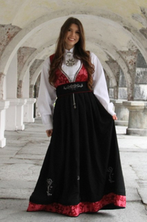 Tora festdrakt rød - Dame