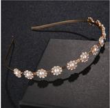 5a696e69051c Bröllop fest - diadem tiara med gnistrande kristaller och pärlor