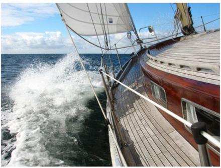 Scandinavian Artstore Fototapet - En båt i havet - 300x231 cm