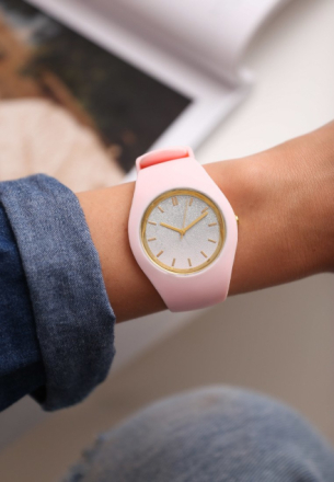 Różowy Zegarek Yielding
