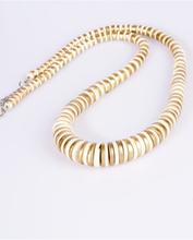 Ivoor/goudkleurige houten halsketting