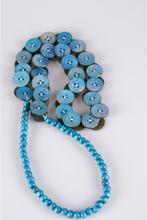 Turquoise halsketting van houten kralen en knopen