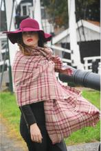 Zachte beige-rode omslagdoek/sjaal met geweven ruit