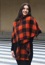 Omslagdoek/cape met oranje en zwarte ruiten