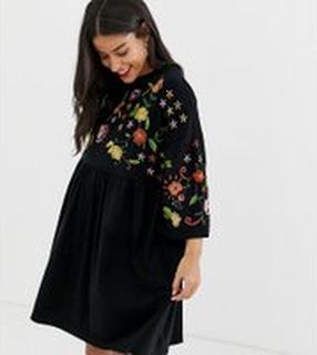 ASOS DESIGN Maternity - Broderad smockklänning - Svart