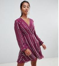 ASOS DESIGN - Petite - klänning med paljetter och 70-tals ärm - Flerfärgad