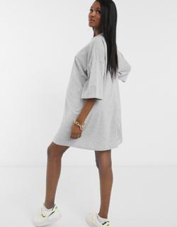 ASOS DESIGN Maternity - Grå, oversized t-shirt-kjole med 'Sweet Baby'-slogan - Kun hos ASOS