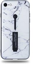 Modeskal med fingerhållare till iPhone 7/8 i ljust marmor med enstaka mörka penseldrag