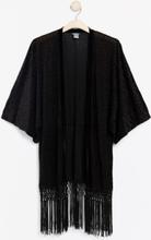 Musta kimono, jossa leopardikuviointi