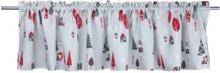 Färdigsydd gardinkappa Kivik från Noble house. Färg: Ljusgrå med röda, grå och vita detaljer.