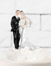 Det Vakre Brudeparet - Kaketopp med Kremhvite Bånd og Hjerter 15 cm