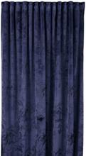 Roma beauty är en gardinlängd i sammet med multiband. Färg: Midnattsblå.