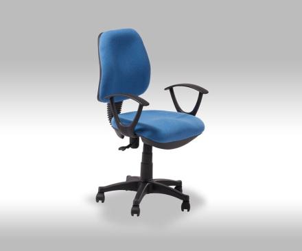 Ravna kontorstol i blå stoff.