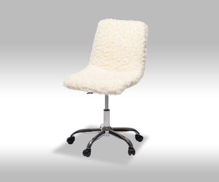 Pam kontorstol i hvit plyss.