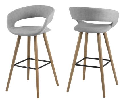 Gramma barstol i lys grå stoff, med stell i massiv oljebehandlet eik.