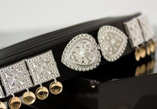 Bunadsbelte sølv med gullforgylte skåler og hjertespenne