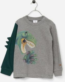 T-shirt Asger fra Hust & Claire med langt ærme. Dinosaurusprint foran og påsyet detalje på højre ærme. Rund hals med ribkant. Ribkant i ærmekant.