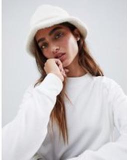 ASOS DESIGN - Fluffig bucket-hatt - Gräddvit