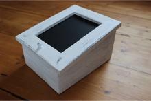 Sne-låda med lock och griffeltavla.