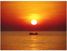 Fototapet - Solnedgång med fiskebåt - 200x154 cm