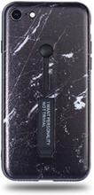 Modeskal med fingerhållare till iPhone 7/8 i mörkt marmor med ljusa penseldrag