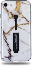 Modeskal med fingerhållare till iPhone 7/8 i grått marmor med penseldrag av guld