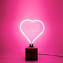 Neonlampa Hjärta Med Betongfot