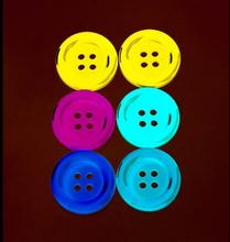 Knapp 34 x 34 mm - flera färger 6 st. Primärvalen
