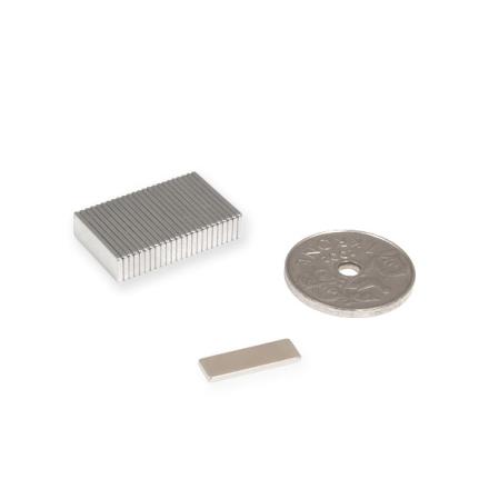 Tynn blokk magnet 15 x 5 x 1 mm   Styrke 0,6 kg   Kjøp magnetplater hos oss