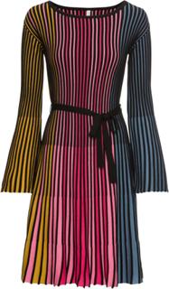 Stickad klänning med plisseringar