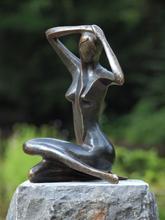 Bronzartes Stor sittande kvinna trädgård bild