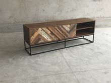 TV-bänk eller lågt skåp med dörrar av återvunnet trä