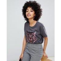 ASOS DESIGN - Svart tvättad t-shirt med tigerdekoration - Tvättad svart