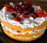 bolos decorados com frutas e chantilly